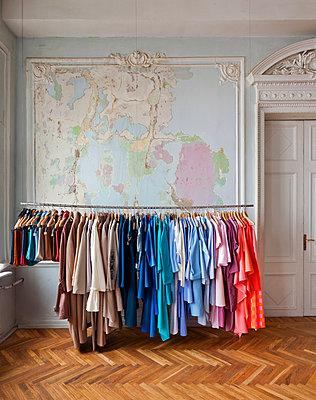 Modeboutique in einem alten Haus - p390m1214562 von Frank Herfort