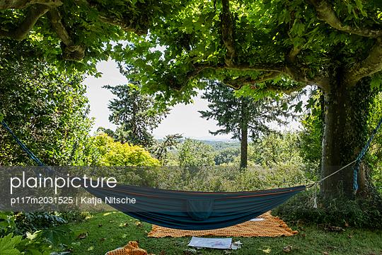 Hängematte im Garten - p117m2031525 von Katja Nitsche