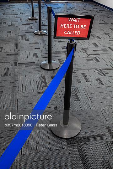 Warten Sie hier, bis Sie aufgerufen werden - p397m2013390 von Peter Glass