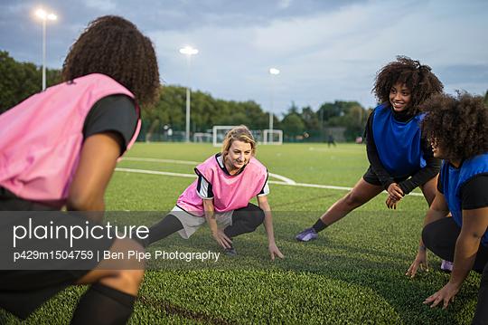 plainpicture | Photo library for authentic images - plainpicture p429m1504759 - Women's football team pract... - plainpicture/Cultura/Ben Pipe Photography