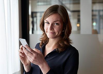 Frau mit Smartphone - p1124m1208714 von Willing-Holtz