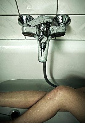 Frauenbeine in der Badewanne - p1221m1045062 von Frank Lothar Lange