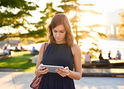 Germany, Hamburg, Young woman using digital tablet - p300m1191673 by Willing-Holtz