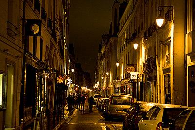 Parisians stroll down Rue Jacob in Paris, France - p871m837884 by Tim Graham