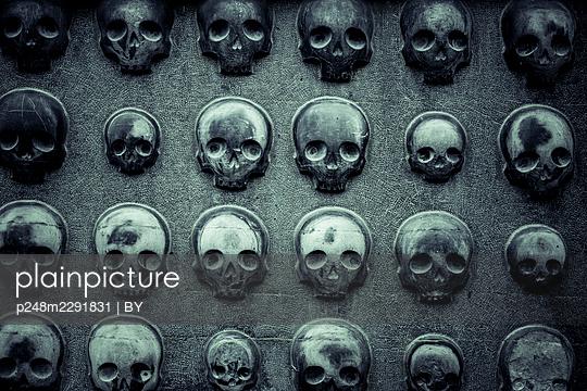 Steinwand aus Totenschädeln - p248m2291831 von BY