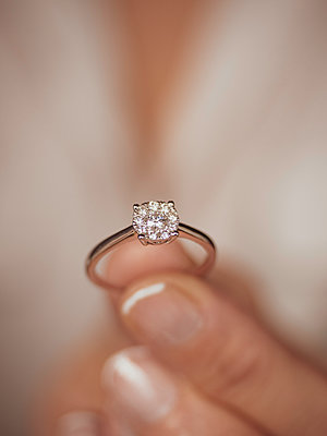 Frau hält Diamantring in der Hand - p1522m2071764 von Almag