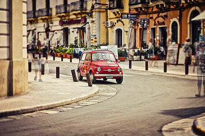 Italy, Apulia, Gallipoli, parking red Fiat 500, multiple exposure - p300m975082f by Dirk Kittelberger