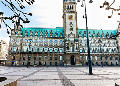 Deserted Townhall Square, Hamburg - p341m2175872 by Mikesch