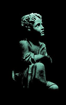 Knabe auf Friedhof - p4500440 von Hanka Steidle