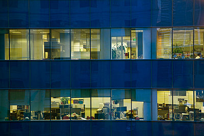 Fassade eines beleuchteten Bürogebäudes - p4903357 von Tobias Thomassetti
