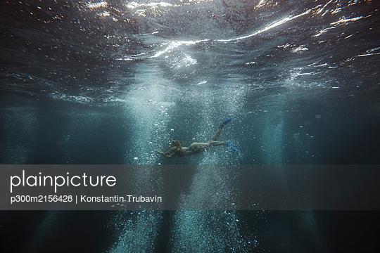 Woman underwater, Gili Meno, Gili islands, Bali, Indonesia - p300m2156428 by Konstantin Trubavin
