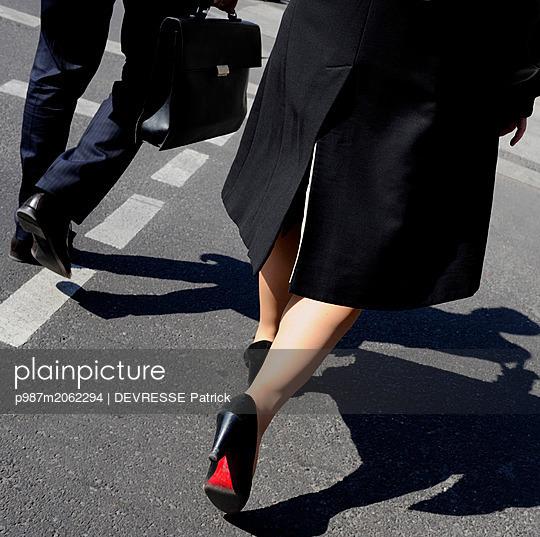 Geschäftsleute auf dem weg zur Arbeit - p987m2062294 von DEVRESSE Patrick