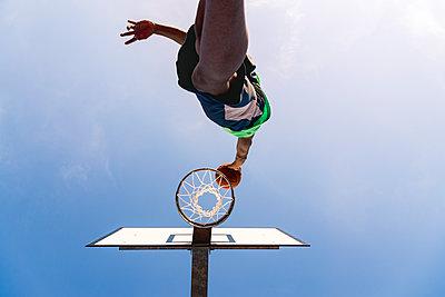 Young man playing basketball - p300m1581356 by Francesco Morandini