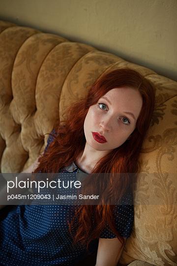Auf dem Sofa entspannen - p045m1209043 von Jasmin Sander