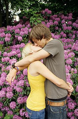 Kissing   - p0451363 by Jasmin Sander