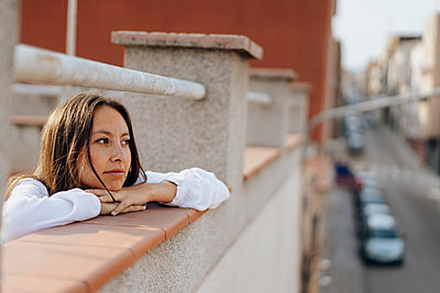 Portrait of young woman relaxing on roof terrace - p300m2024181 von VITTA GALLERY
