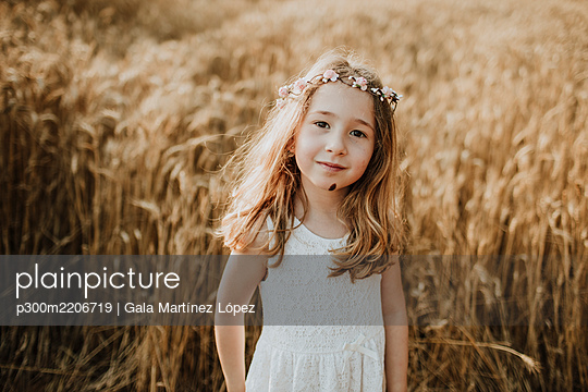 Cute blond girl standing in field of wheat - p300m2206719 by Gala Martínez López