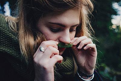 Junge Frau mit Fichtenschnurrbart - p1184m1091935 von brabanski