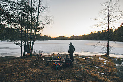 Sweden, Sodermanland, backpacker resting at a remote lake in winter - p300m2004734 by Gustafsson