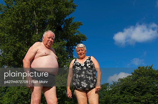 Älteres Paar im Freibad - p427m972709 von R. Mohr