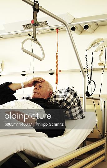 Mann im Krankenbett - p863m1146647 von Philipp Schmitz