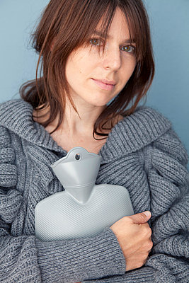Woman with hot water bottle - p4540865 by Lubitz + Dorner