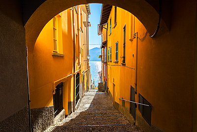 Colourful narrow alley in the old town of Varenna, Lake Como, Lombardy, Italian Lakes, Italy, Europe - p871m2209453 by Francesco Bergamaschi