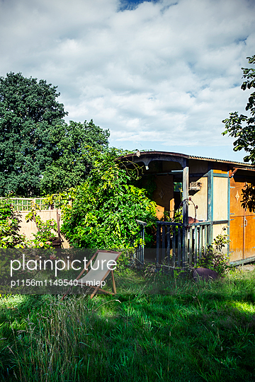 Liegestuhl vor  Gartenhaus - p1156m1149540 von miep