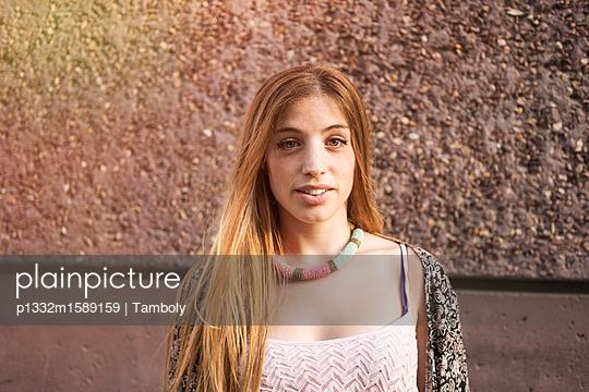 Porträt einer jungen Frau  - p1332m1589159 von Tamboly