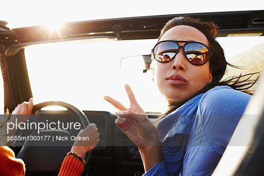 Multi-ethnic friends on roadtrip - p555m1303177 by Nick Onken
