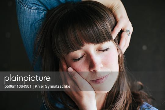 Woman massaging her head - p586m1064981 by Kniel Synnatzschke