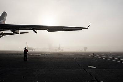 Flugfeld im Nebel - p1046m1138240 von Moritz Küstner