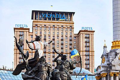 Hotel Ukraine auf dem Maidan in Kiew mit Brunnen der Stadtgründer - p390m1362337 von Frank Herfort