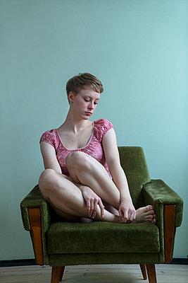 Einsame junge Frau - p427m2149884 von Ralf Mohr