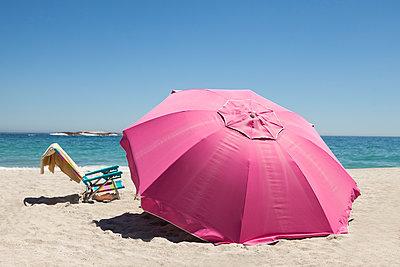 pinker Sonnenschirm mit Klappstuhl - p045m1286576 von Jasmin Sander