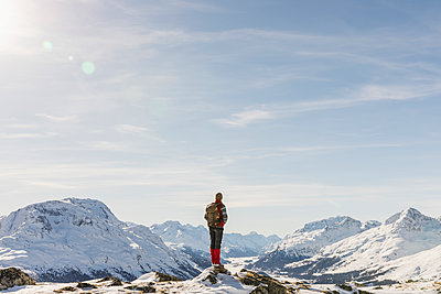 Switzerland, Engadin, hiker in mountainscape looking at view - p300m1563302 by Michela Ravasio