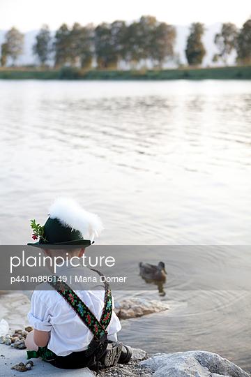 Kleiner Junge am See - p441m886149 von Maria Dorner