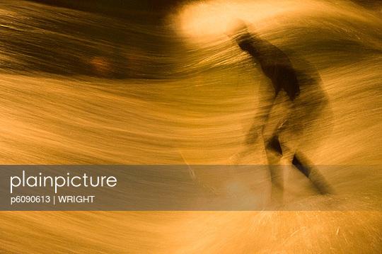 Jugendlicher beim Wellenreiten im Fluss - p6090613 von WRIGHT