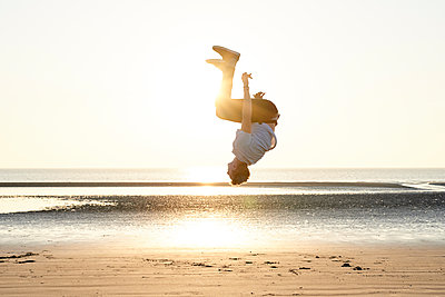 Akrobat am Strand - p1124m1589360 von Willing-Holtz