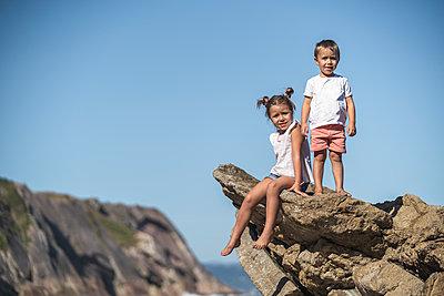 family with 2 children enjoying the beach and cliffs of the Basque country - p300m2257267 von SERGIO NIEVAS
