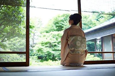 Young Japanese woman wearing traditional kimono - p307m2135282 by Yosuke Tanaka