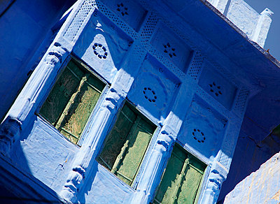 House in blue town; Jodphur, Rajasthan, India - p644m728805 by Andy Kerry
