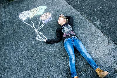 Mädchen fliegt mit Ballons - p879m1556383 von nico
