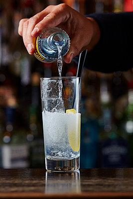 Gin Tonic zubereiten - p913m1476149 von LPF