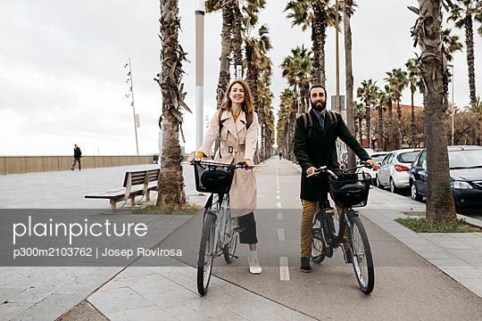 Portrait of couple with e-bikes on a promenade - p300m2103762 by Josep Rovirosa