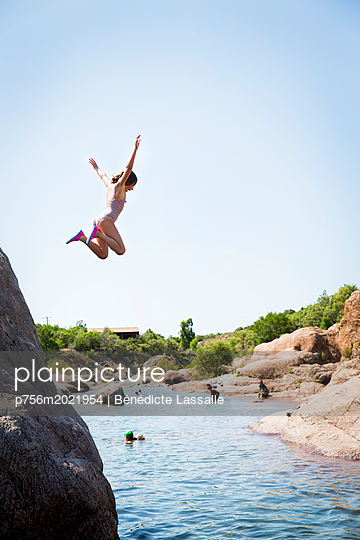 Girl jump into the water - p756m2021954 by Bénédicte Lassalle