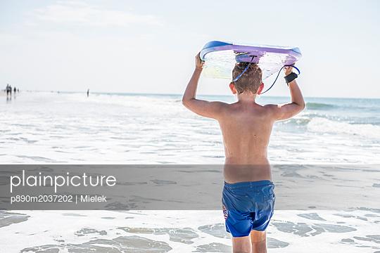 Junge am Meer - p890m2037202 von Mielek
