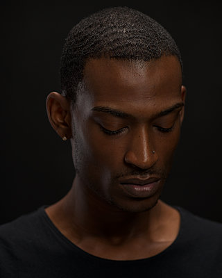 African man, portrait - p1554m2223488 by Tina Gutierrez