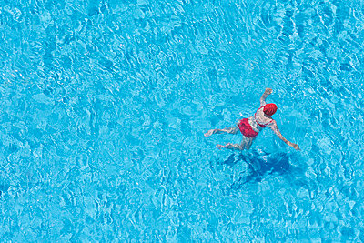Woman red costume swimming pool from above - p609m2111552 by OSKARQ