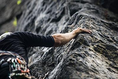 Kletterer an einer Felswand - p1046m1138206 von Moritz Küstner